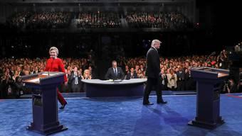 Hillary Clinton und Donald Trump vor dem Beginn ihrer ersten TV-Debatte.