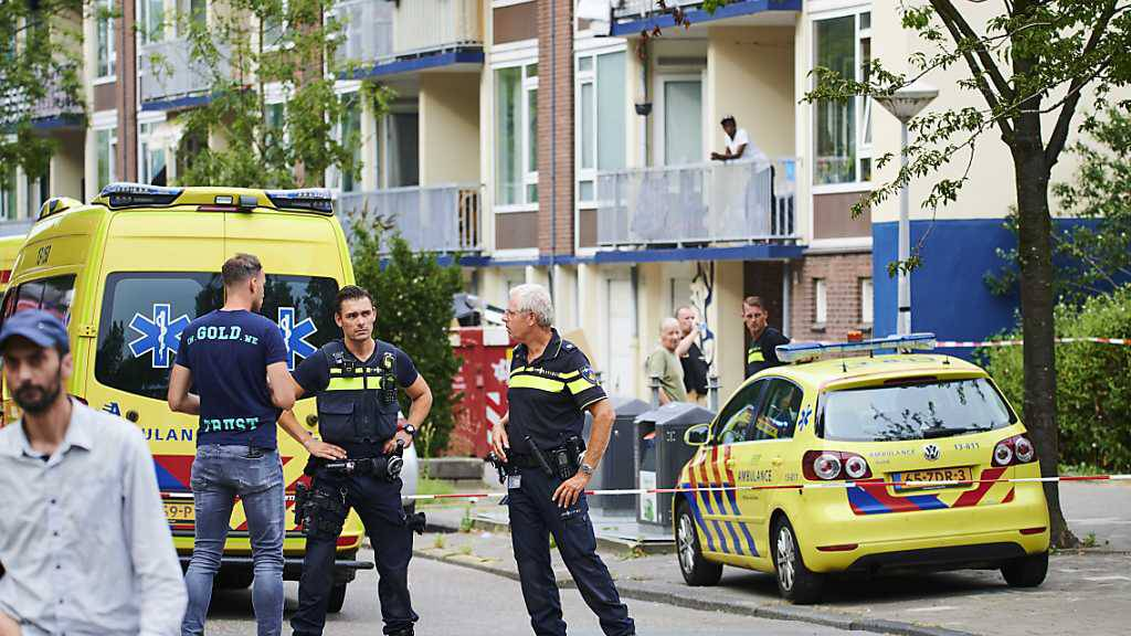 Polizisten und Krankenwagen stehen am Einsatzort. Beamte haben auf einen 23-jährigen deutschen Mann geschossen, der verwirrtes Verhalten zeigte und drohte, sich und die Polizei zu verletzen. Der Mann erlag später seinen Verletzungen. Foto: «ginopress B.V.»/ANP/dpa