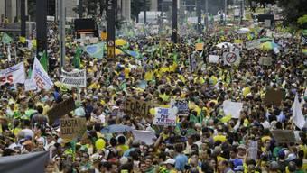 Unzählige Demonstranten protestieren in Sao Paulo gegen Rousseff