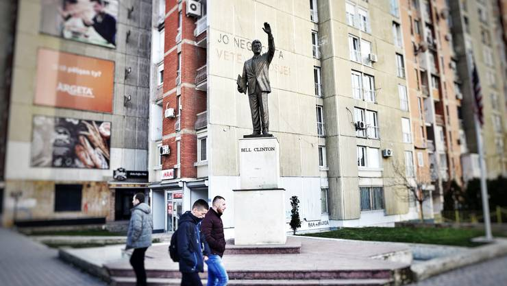 Die bronzene Bill-Clinton-Statue am 'Boulevardi Bill Klinton' in Pristina. Die Betrüger haben es auf Schweizer-Kosovaren abgesehen.