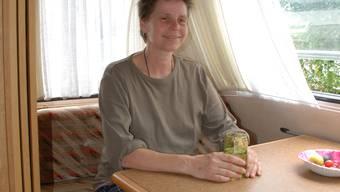 Eng: Viel Platz ist im Camper nicht, aber Doris Karpetis nimmts gelassen. (Bild: ju)