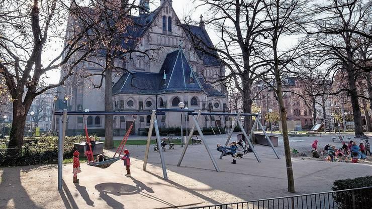 Tagsüber spielen die Kinder aus dem Quartier auf dem Platz.