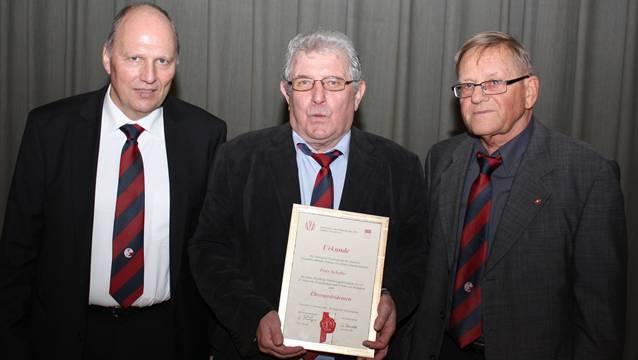 Peter Schaller mit der Ernennungsurkunde zum Ehrenpräsidenten der Solothurner Fussball-Veteranen, flankiert vom neuen Präsident Rolf Lüdi (links) und Vizepräsidenten Hans Flückiger.