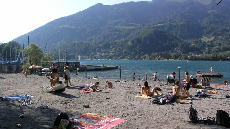 Der Badestrand Gäsi in Weesen ist so gross, dass er sich auch zum Beachvolleyball spielen eignet. Ein Campingplatz gehört auch dazu.
