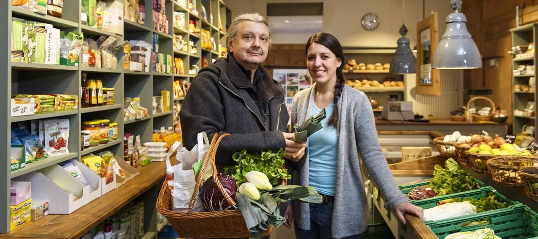 Nino Jacusso und Claudia Zimmermann im Bioladen Kütigkofen
