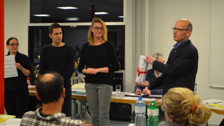 Ruben Pais und Joya Kirchhofer (v. l.) überreichen Einwohnerratspräsident Mathias Richner die 400 Unterschriften.