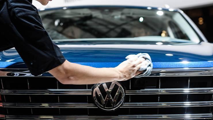 Die Bedeutung des chinesischen Marktes wächst: ein Volkswagenarbeiter poliert ein Auto (Archivbild).