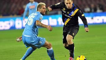 Parmas Antonio Cassano (r.) umspielt Napolis Valon Behrami.