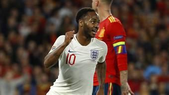 Englands Stürmer Raheem Sterling jubelt über einen seiner zwei Treffer gegen Spanien