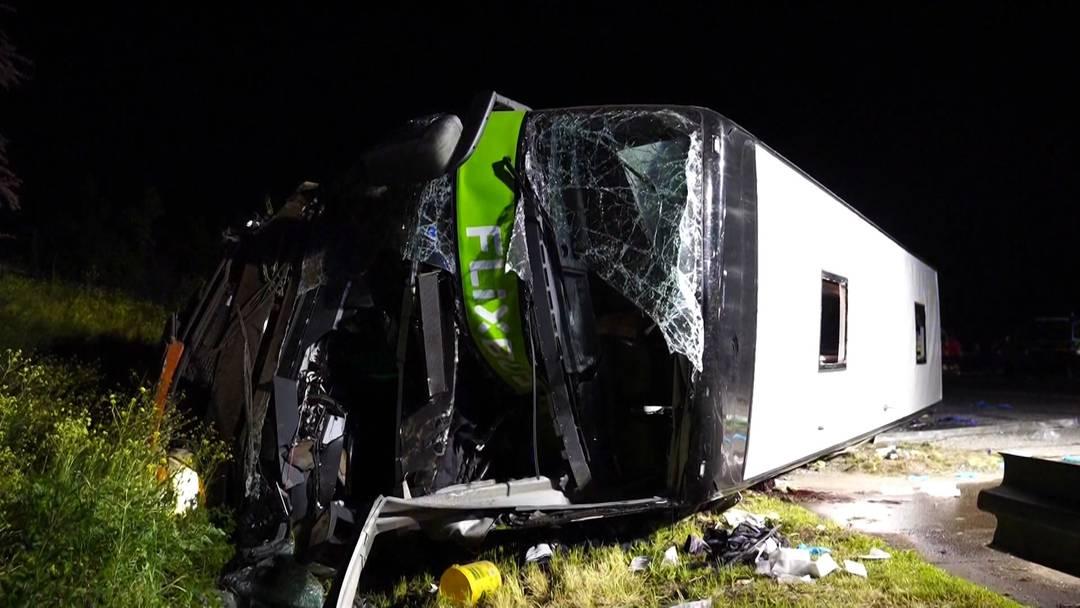 Fahrer eingenickt? 1 Toter und mehr als 70 Verletzte bei Flixbus-Unfall