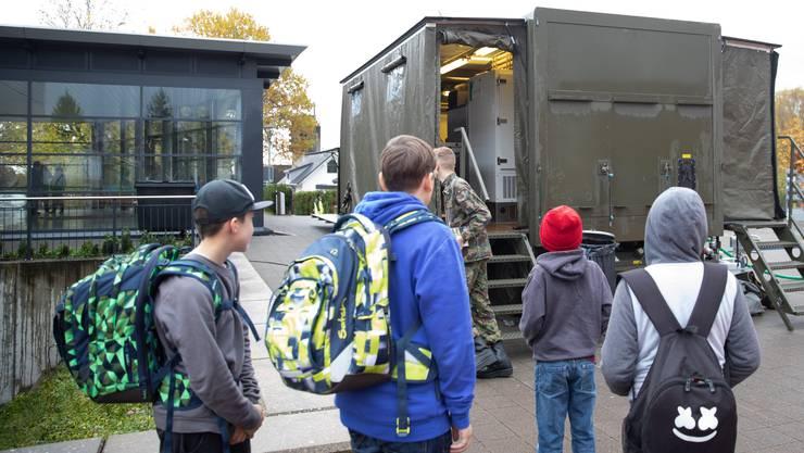 Die Aspiranten der militärischen Küchenchefschule bekochen die Primarschule Lohn-Ammannsegg
