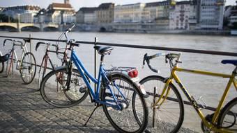 Velos am Rhein in Basel.
