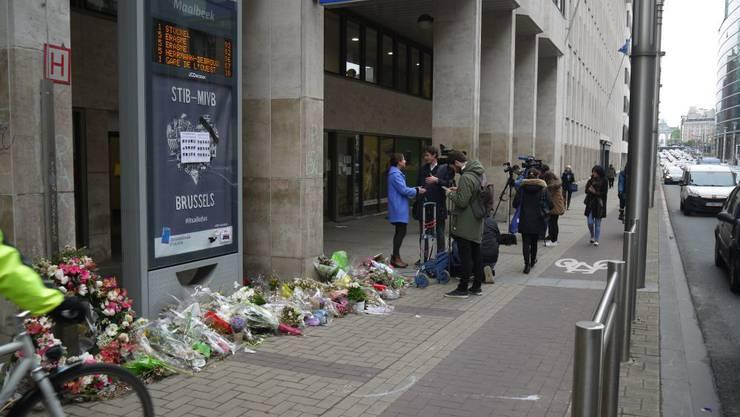 Blumen am Eingang errinern an den Anschlag