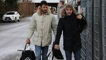 Die neu verpflichteten Stürmer Patrick Rossini (r.) und Torhüter Francesco Russo bei ihrer Ankunft beim Stadion Brügglifeld
