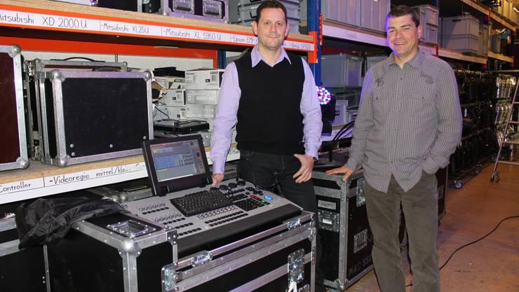 Roy Buri (links) und Markus Wälti mit einer modernen LED-Lichtanlage.