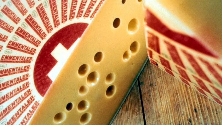 Für die Herstellung von Emmentaler gelten strenge Regeln. Sie sind in einem 6-seitigen Pflichtenheft festgehalten.