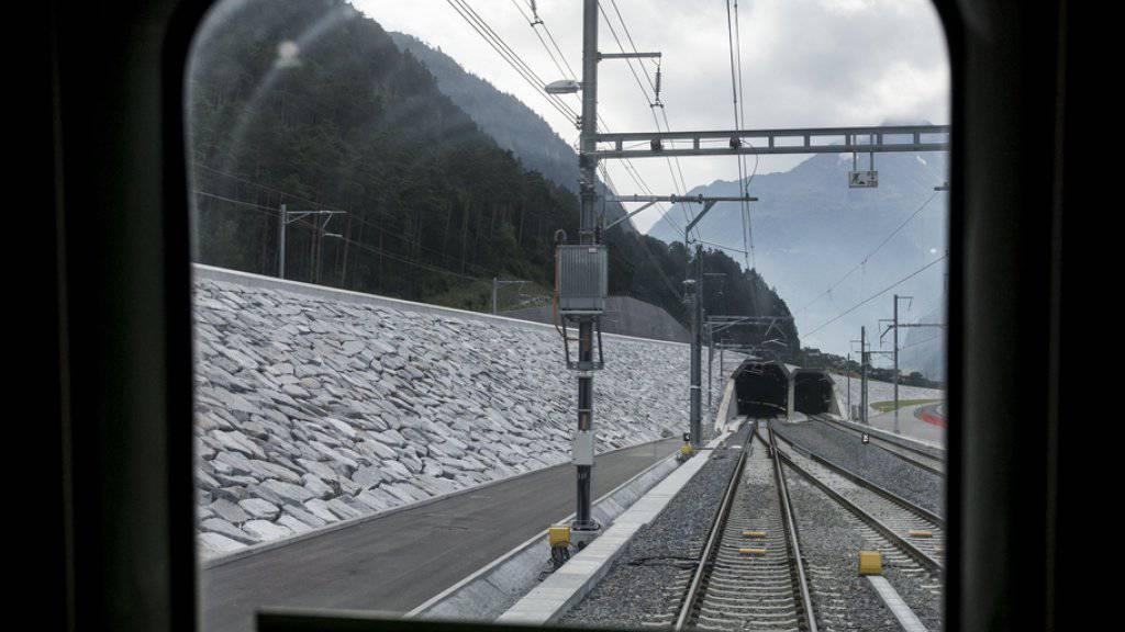 Blick aus dem Zugfenster in den Gotthard-Basistunnel. Geht alles nach Plan, durchqueren nächsten Sommer die ersten Passagiere die 57 Kilometer lange Tunnelstrecke.