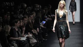 Schwarz dominiert die Mailänder Modewoche
