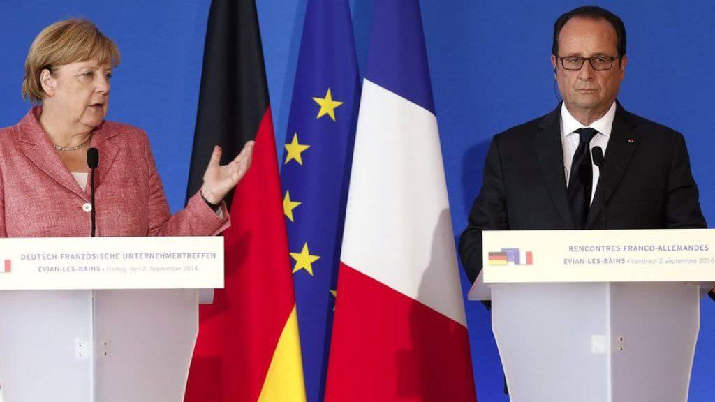 Angela Merkel und François Hollande am Freitag vor den Medien in Évian-les-Bains.