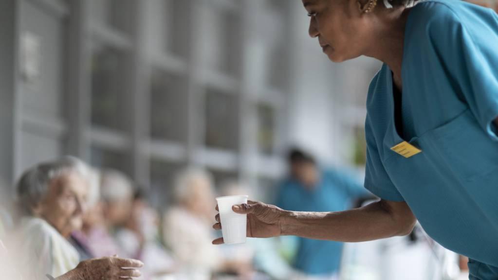 Rückenschmerzen, niedriger Lohn, schlechtes Image, wenig Privatleben: Das Fachpersonal in Alters- und Pflegeheimen steht unter Druck, viele wollen den Beruf aufgeben. Und zwar nicht erst seit Covid, wie eine frisch publizierte Erhebung zeigt (Symbolbild).