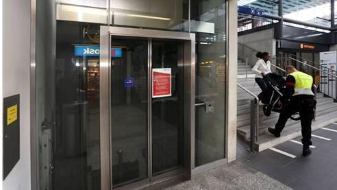 Der Lift in der Bahnhofunterführung ist seit Mitte Juni defekt, Securitrans-Mitarbeiter ersetzen ihn, solange er noch nicht repariert ist.
