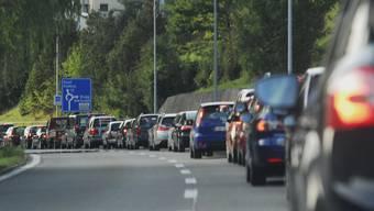 Stau: Vor dem Tegerfelder Kreisel steht Fahrzeug an Fahrzeug. Angelo Zambelli