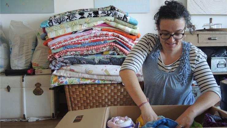 Kuschliges Geschenk für Flüchtlingskinder: Simone Maurer packt fertige Decken in eine Kiste. Noemi Lea Landolt
