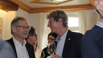Jürg Baur (CVP) feiert seine Wahl zum Brugger Stadtrat. Hier ist Baur (rechts) im Gespräch mit Stadtratskollege Willi Däpp (links).