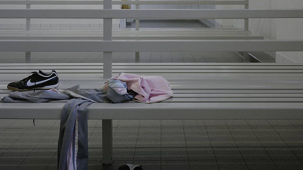 Der Täter filmte Kinder in den Umkleideräumen von zwei Schwimmbädern und einer Turnhalle. (Symbolbild)