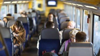 Gespräche mit entfernten Bekannten im Zug? Oft eher mühsam, findet Eva Oberli. (Symbolbild)