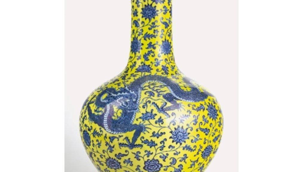 Das Auktionshaus Genève-Enchères schätzte diese chinesische Vase auf 500 bis 800 Franken, weil sie deren Qianlong-Siegel für falsch hielt. Zwei Käufer hielten es dagegen für echt und schaukelten sich bis zum Verkaufspreis von 6 Millionen Franken hoch.