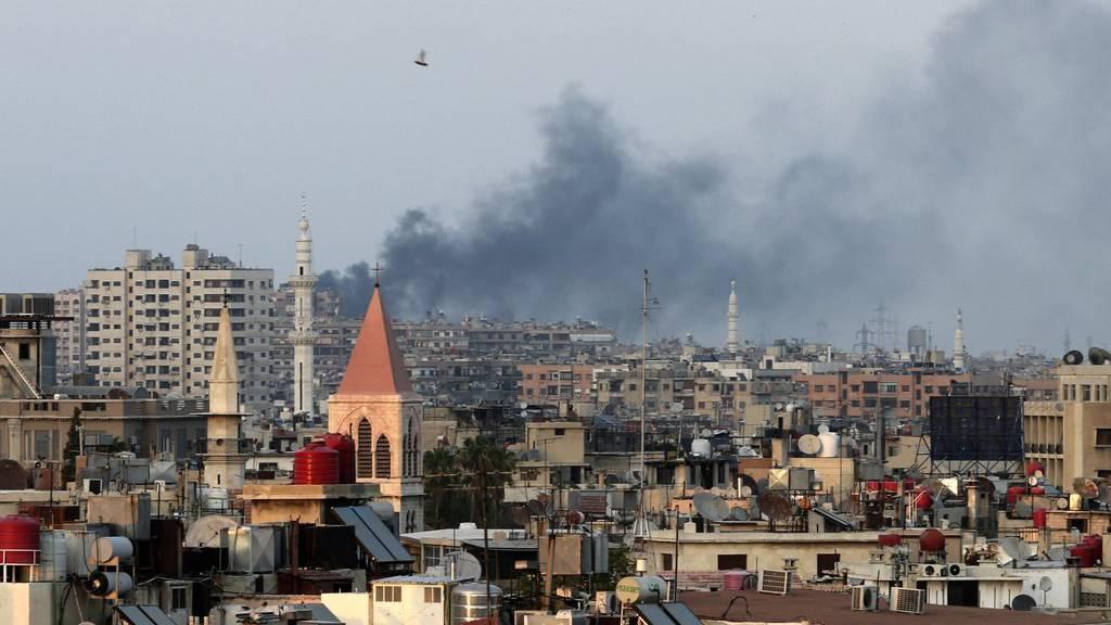 Rauch steigt aus einem Quartier westlich von Damaskus auf.
