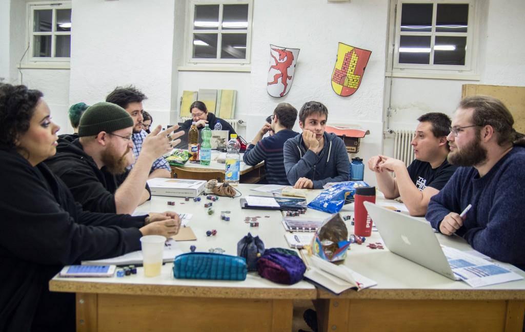 Die Teilnehmer spielen entweder Brettspiele oder das sogenannte «Pen and Paper». (© FM1Today/Stefanie Rohner)