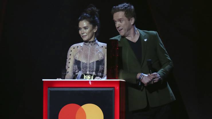 Die Schauspieler  Anna Friel und Damien Lewis verliehen den Foo Fighters ihren Preis.