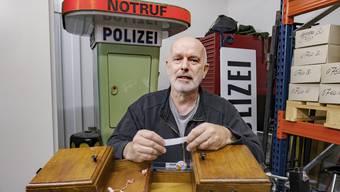 Daniel Vogt ist stolz auf das Lager, welches er über die Jahre mit historischen Trouvaillen aus der Baselstädtischen Polizeiarbeit bestücken konnte.