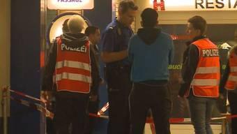 Die Polizei am Tatort bei der Spurensicherung und Befragung von Zeugen im Oktober 2016.