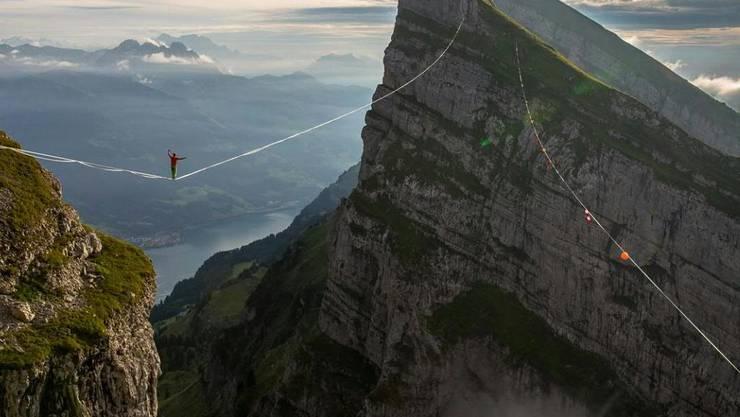 Schwindelfrei: Samuel Volery balanciert auf einer durchhängenden Highline zwischen den Churfirsten im Toggenburg.