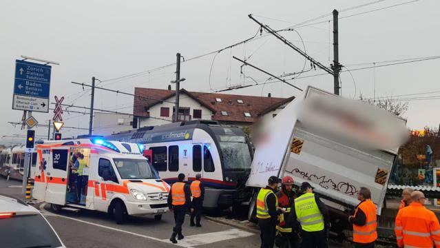 Am Freitagmorgen kollidierten auf der Mutschellen-Passhöhe ein Lastwagen und eine Zugskomposition der Bremgarten-Dietikon-Bahn. Gemäss der Kantonspolizei Aargau wurden dabei der LKW-Fahrer und der Lokomotivführer leicht verletzt.