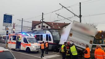 Berikon-Widen: Zwei Verletzte bei Kollision zwischen LKW und Zug.
