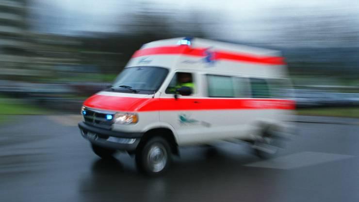 Der Rettungswagen war mit Blaulicht und Wechselklanghorn unterwegs zu einem medizinischen Notfall in Hinwil. (Symbolbild)