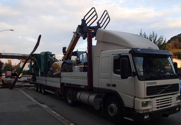 Eine auf einem Anhänger verladene Arbeitsmaschine blieb bei der Durchfahrt an einer Fussgängerbrücke in Laufenburg hängen.