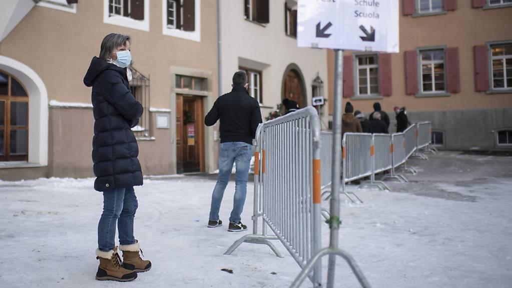 Andrang zu freiwilligen Flächentests im Kanton Graubünden Mitte Dezember 2020: Der Pionierkanton hat viel dazu beigetragen, dass der Bund seine Skepsis gegenüber Massentests fallen gelassen hat. Ab heute Montag kann sich jeder und jede in der Schweiz gratis auf das Coronavirus testen lassen.