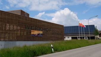 Mehrere Nachbargebäude des Uitiker Werkhofs verfügen schon heute über Photovoltaik-Anlagen auf ihren Dächern. Nun zieht die Gemeinde mit ihrem Werkhof nach. Die neue Photovoltaik-Anlage soll im Oktober dieses Jahres in Betrieb gehen.