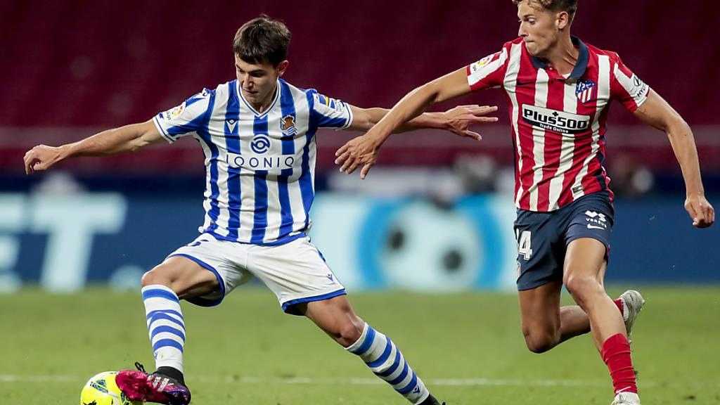 Duell zweier Gestreifter: San Sebastians Martin Zubimendi (links) gegen Atléticos Marcos Llorente