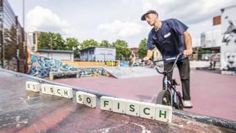 Der Purple-Park im Basler Gundeldinger-Quartier. «Es isch so Fisch» («Verstehe nur Bahnhof») kennen nicht alle Anwesenden. Auch das ist typisch für Jugendsprache: Jede Gruppe kennt eigene Codes und Wörter.