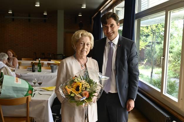 Die älteste Teilnehmerin war Erna Walter, die vom Stapi mit einem Blumenstrauss beehrt wurde.