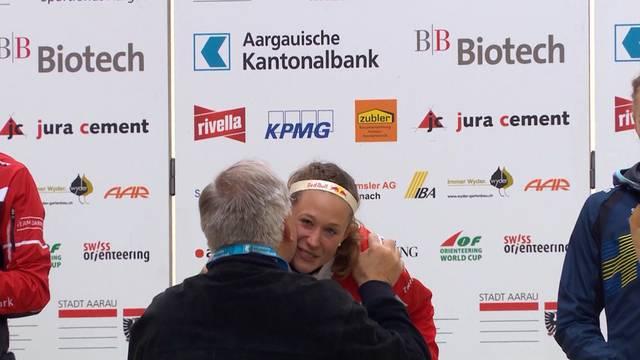 Bundespräsident Schneider-Ammann gratuliert den OL-Läufern in Aarau.