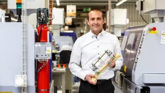 Mario Della Casa, Leiter des Stryker-Werks Selzach, zeigt einen externen Fixateur zur Behandlung von Knochenbrüchen.