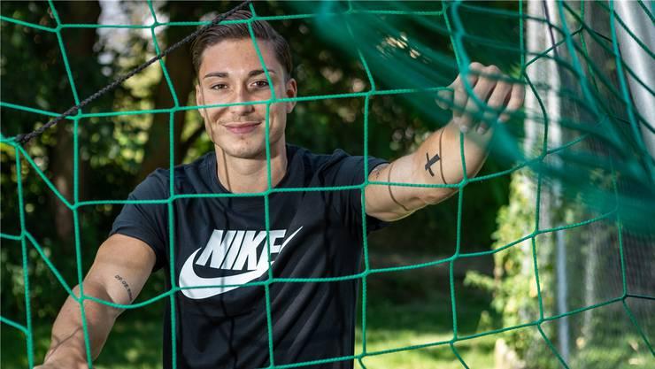 Fotoshooting auf dem Kinder-Fussballplatz im Aarauer Scheibenschachen: Kevin Spadanuda, der nach Umwegen im Profifussball Fuss fassen will.