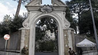 Der Eingang zum Gelände der diplomatischen Vertretung des Vatikans in Rom - bei Restaurierungsarbeiten in einem Nebengebäude wurden Teile menschlicher Knochen gefunden.